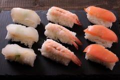 Fim preto da bandeja da ardósia do alimento japonês do sushi vário acima Fotografia de Stock