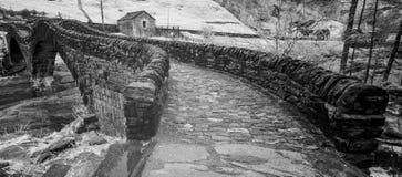 Fim preto e branco acima da vista da ponte de pedra histórica das épocas romanas em um vale isolado da montanha fotos de stock