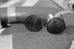 Fim preto e branco do vintage acima dos óculos de sol cobertos no pulverizador fotos de stock