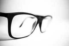 Fim preto e branco dos vidros acima Fundo branco Foto de Stock