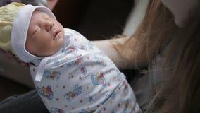 Fim recém-nascido do bebê acima vídeos de arquivo