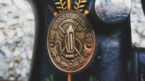 Fim retro do vintage velho da m?quina de costura acima Cantor Factory Emblem imagens de stock