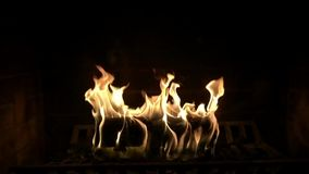 Fim satisfying do movimento lento da atmosfera bonita confortável incrível acima da vista na chama de madeira do fogo que queima- vídeos de arquivo