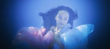 Fim subaquático acima do retrato de uma mulher imagem de stock