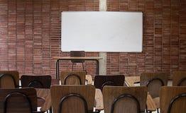 Fim vazio da sala de aula da universidade acima fotos de stock royalty free