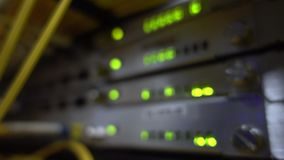 Fim verde do cabo de Optcial acima O piscamento da cremalheira do servidor conduziu verde Cremalheira borrada do servidor vídeos de arquivo