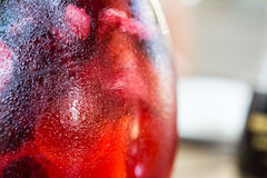 Fim vermelho da limonada da cereja acima dos vidros de água Foto de Stock