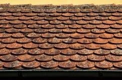 Fim vermelho da telha de telhado acima fotografia de stock