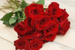 Fim vermelho de Rosess isolado acima sobre o fundo Textured de madeira foto de stock
