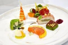Fin äta middag kall skärm: Festligt bufféuppläggningsfat royaltyfria foton