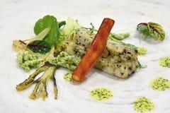 Fin äta middag kall skärm: Rökte Codfish på blomkålen och Truf royaltyfria bilder