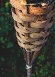 Fin abstraite vers le haut de la torche en bambou de tiki photo stock