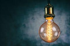 Fin accrochante d'ampoule de lampe  images stock