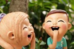 Fin : Appréciez la poupée de garçon et de fille faite à partir de l'argile cuit au four dans Thaila images libres de droits