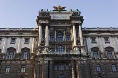 Fin architecturale de la façade du musée de l'éthnologie en parc de Burggarten à Vienne photos stock