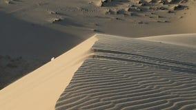 Fin blanche de sable vers le haut de désert du Sahara banque de vidéos