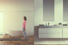 Fin blanche panoramique d'évier de salle de bains modifiée la tonalité Image stock