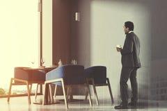 Fin bleue de coin de café de grenier de chaises, homme d'affaires Photographie stock libre de droits
