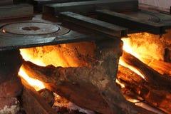 Fin brûlante en bois de dessus de poêle vers le haut images libres de droits