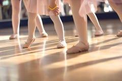 Fin créative de ballet vers le haut des pieds de petites filles dans la classe de ballet Photos stock