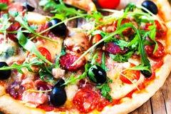 Fin cuite au four fraîche de pizza de pepperoni sur la table en bois, De peu profond images stock