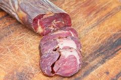 Fin découpée en tranches de kazi de saucisse de viande de cheval à bord Photographie stock