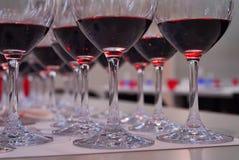 Fin d'échantillon de vin des verres de vin rouge Images stock