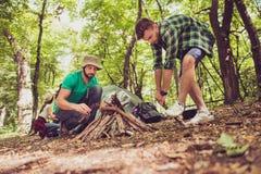 Fin d'angle faible de deux jeunes touristes masculins dans le bois, organe Photographie stock libre de droits