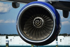Fin d'avions de turbine sous l'aile Photo stock