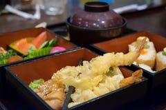 Fin d'ensemble de bento de tempura de crevette rose et de teriyaki de poulet photo libre de droits
