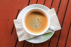 Fin d'expresso de café sur le fond en bois Photographie stock libre de droits