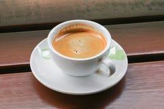 Fin d'expresso de café sur le fond en bois Images libres de droits