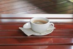 Fin d'expresso de café sur le fond en bois Photographie stock