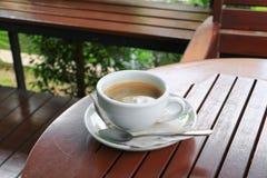 Fin d'expresso de café sur le fond en bois Photos stock