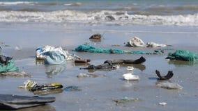 Fin d'inclinaison de casserole vers le haut du tir des déchets et des déchets en plastique sur la plage banque de vidéos