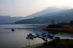 Fin d'un jour d'hiver avec des voiliers sur la luzerne de lac image libre de droits