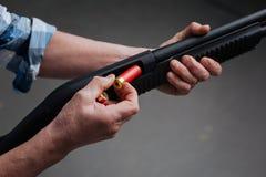 Fin d'une balle étant mise dans le fusil Image stock