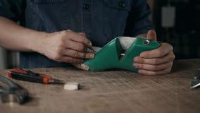 Fin d'une conception masculine de dessin de cordonnier sur nouvelles chaussures à son atelier, macro homme faisant le métier de b banque de vidéos