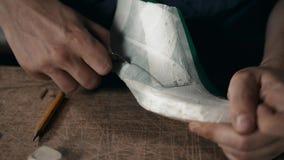 Fin d'une conception masculine de dessin de cordonnier sur nouvelles chaussures à son atelier, macro homme faisant le métier de b clips vidéos