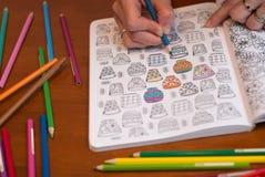 Fin d'une femme colorant un dessin de libération d'effort image libre de droits