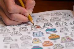 Fin d'une femme colorant un dessin de libération d'effort photographie stock libre de droits