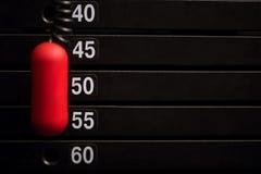 Fin d'une pile de poids avec la goupille rouge Photographie stock libre de droits