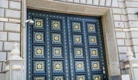 Fin d'une porte de luxe de conception avec les ornements d'or Images libres de droits