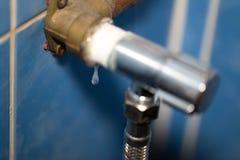 Fin de égouttement de baisse de l'eau vers le haut de macro tir photographie stock libre de droits