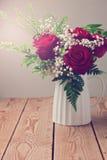 Fin de bouquet de roses sur la table en bois Photographie stock
