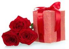 Fin de cadeau et de rose de trois rouges  Photo stock