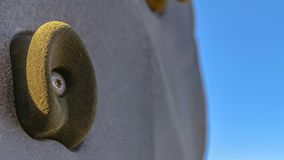 Fin de cadre de panorama des prises de pied et de main sur un mur s'élevant contre le ciel bleu lumineux photos libres de droits