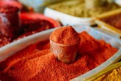 Fin de Cayenne en poudre ou de marché est d'un rouge ardent de Chili Pepper On Sale At Images libres de droits