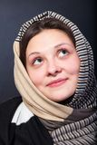 Fin de châle de femme vers le haut de portrait de visage. Contact de visage de main. Photographie stock libre de droits