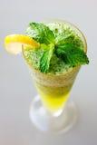 Fin de cocktail de Mojito avec les feuilles en bon état fraîches Photo stock